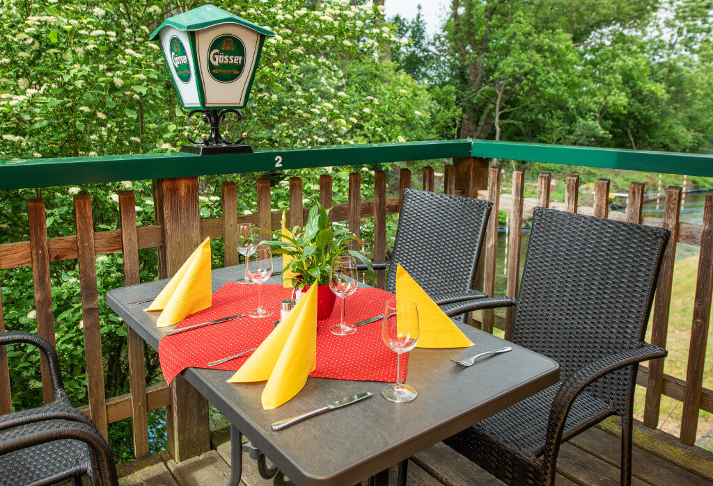 Tisch auf der Terasse des Naturfreunde Bootshaus St. Pölten