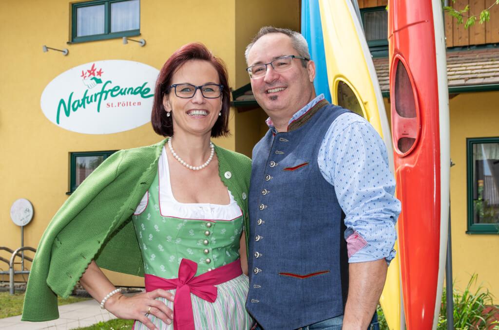 Christiane und Martin Rabl vor dem Bootshaus St. Pölten
